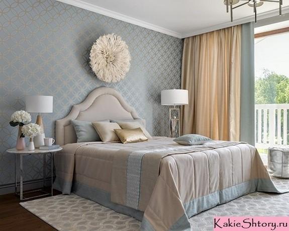 молочно-голубые портьеры в спальне