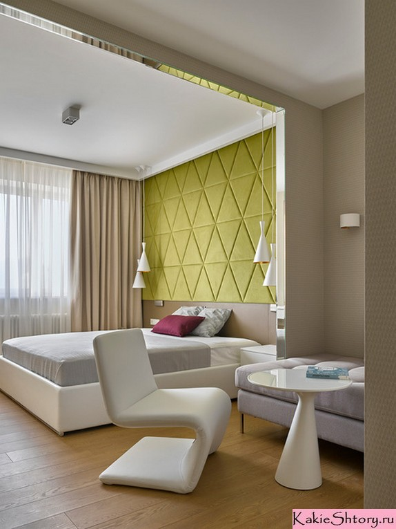 молочные шторы в спальне с зеленой стеной