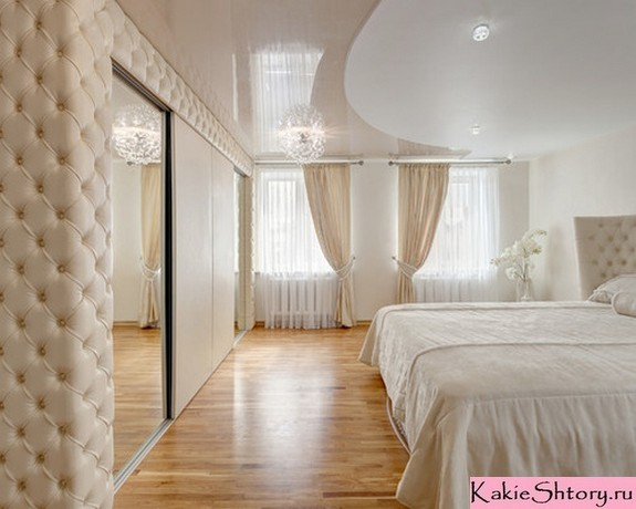 молочные шторы в спальне в стиле неоклассики