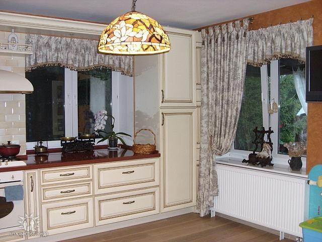 шторы с драпировками на 2 окна в кухне