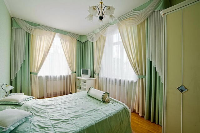 тюль и портьеры с ламбрекенами на два окна в спальне