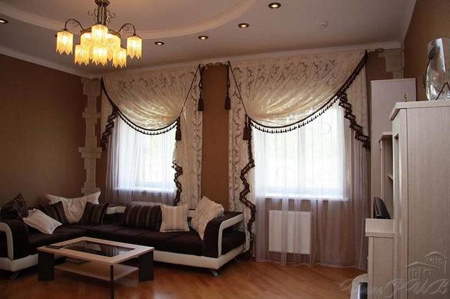 занавески с ламбрекенами на 2 окна в гостиной