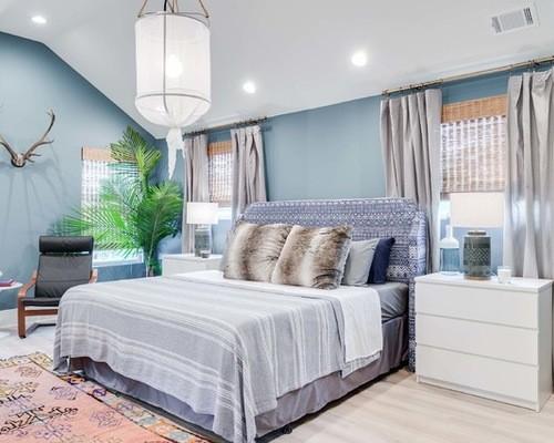 серо-голубые шторы к голубым стенам в спальной