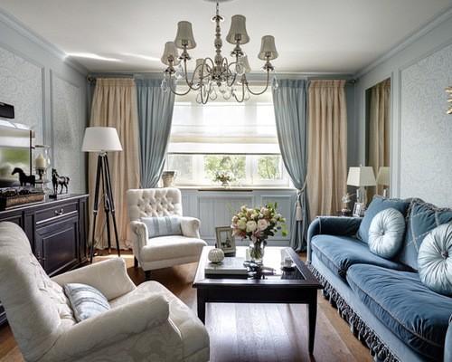 шторы в гостиной с голубыми обоями