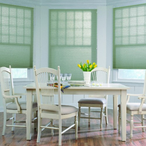 мятные шторы к голубым стенам в столовой