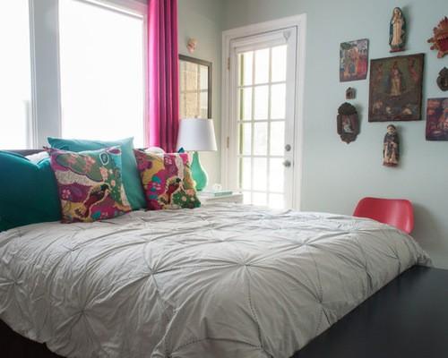 шторы цвета фуксии к голубым стенам спальни