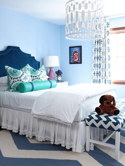белые с голубым рисинком шторы к голубым обоям в спальне