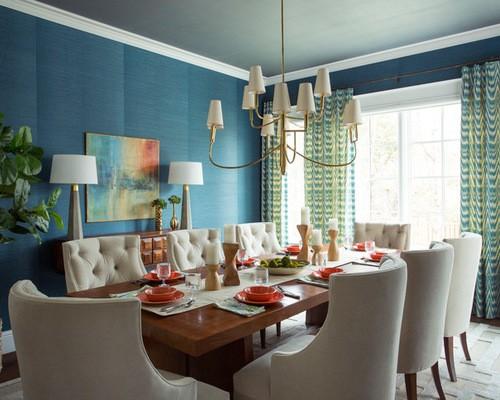 разноцветные занавески в столовой с голубыми обоями