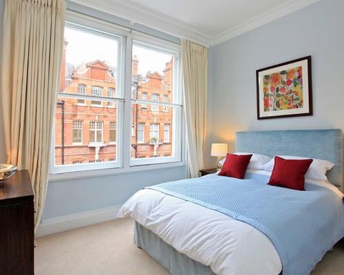 бежевые шторы в спальне с голубыми стенами