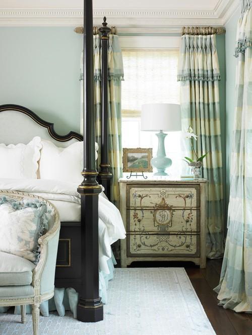 шторы к голубым обоям в спальне