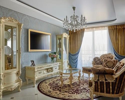 бежево-голубые портьеры в гостиной в классическом стиле