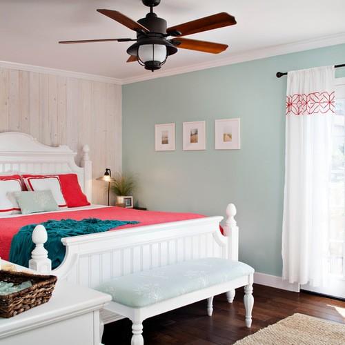 шторы к голубым обоям в спальной