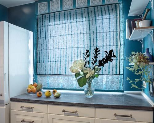 шторы к голубым обоям в кухне