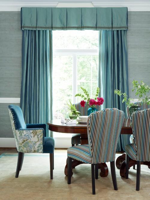 шторы к голубым обоям в гостиной комнате