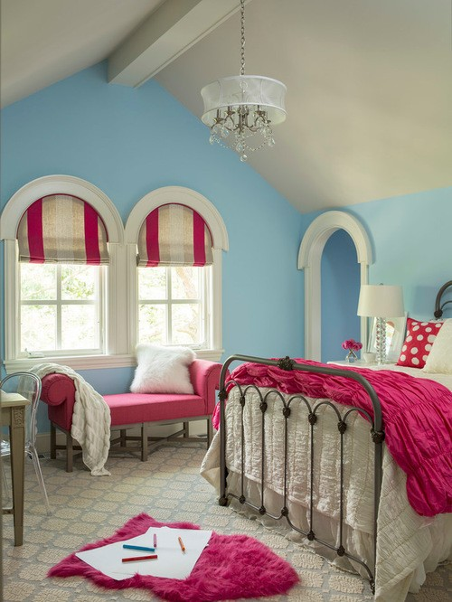 бежево-малиновые римские шторы к голубым стенам в детской