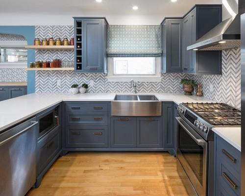 голубая римская штора к голубым стенам в кухне
