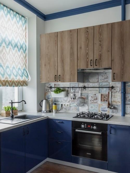 бежево-голубые римские занавески в голубой кухне