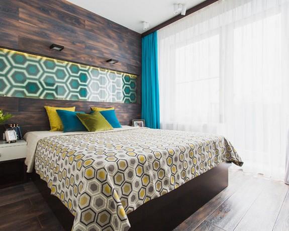 контрастное сочетание коричневых стен и бирюзовых штор с текстилем в спальне