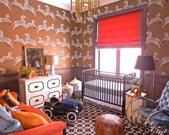 красные шторы к коричневым стенам в детской