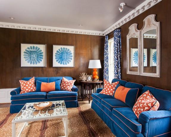 синие шторы к коричневым обоям в гостиной