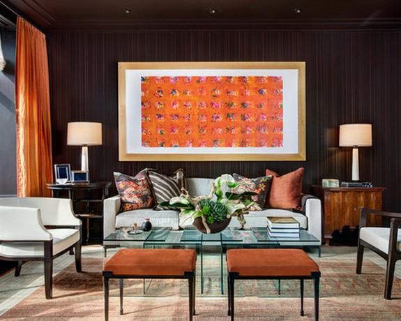 оранжевые шторы к коричневым стенам в гостиной