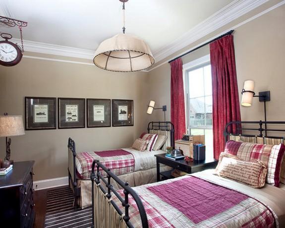 яркие розовые шторы к коричневым обоям в спальне