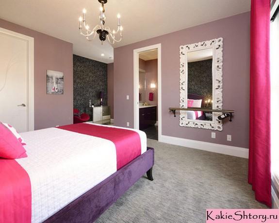 розовые акценты в комнате с сиреневыми стенами