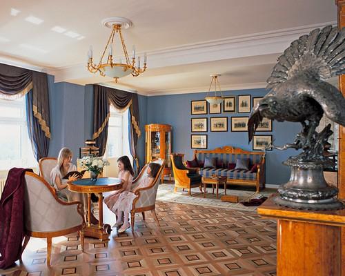 шторы ампир в синей гостиной