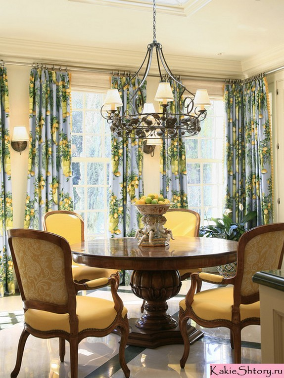 шторы в цветочек в гостиной в стиле кантри