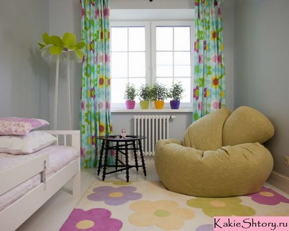 шторы с цветочным принтом в комнате девочки