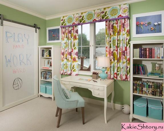 шторы с цветочным рисунком в детской