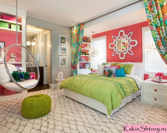 сочетание цвета декора комнаты и цветочных занавесок