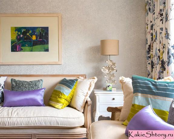 шторы с цветочным принтом и обивкой мебели