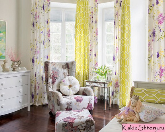 сочетание обивки мебели и штор в цветочек
