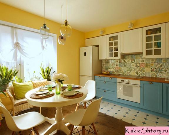 молочный тюль в желто-голубой кухне