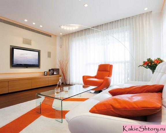 молочный тюль в оранжевой гостиной