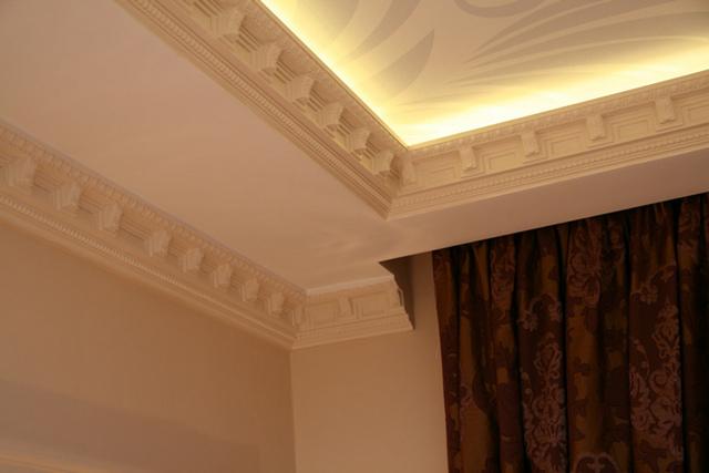 карниз-багет на подвесном потолке с нишей для штор