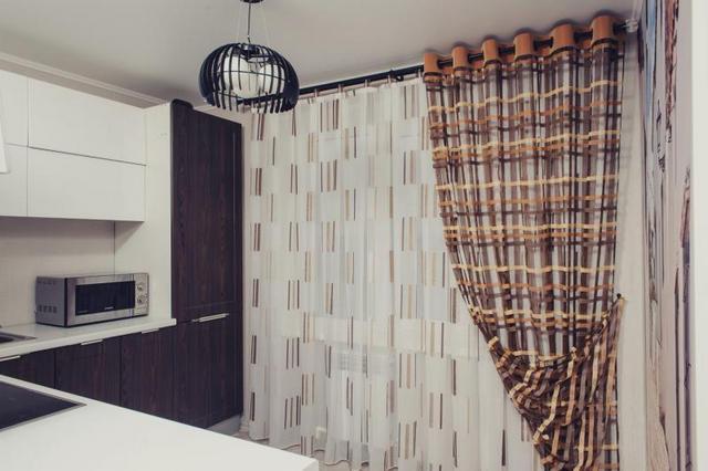 занавески в полоску на кухне