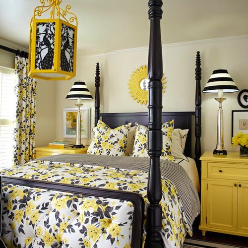 одинаковая расцветка занавесок и покрывала на кровати