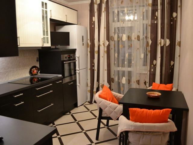бежево-коричневые занавески в кухне