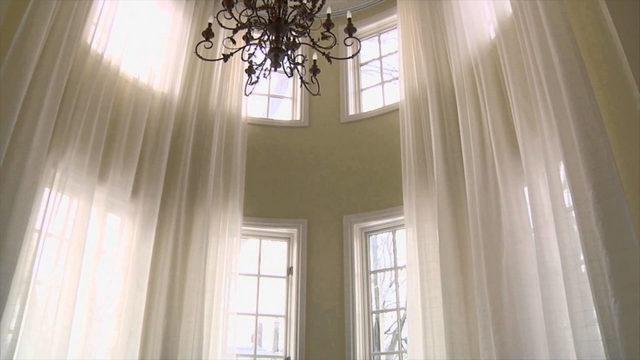 карнизы с электроприводом для штор на высоких окнах