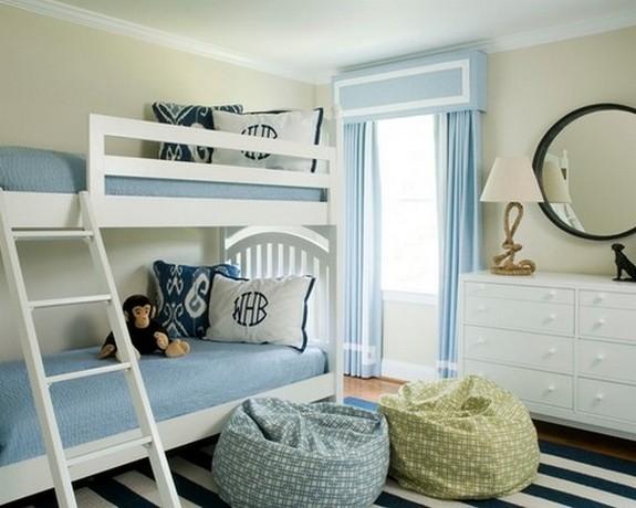 светло-голубые портьеры в детской комнате