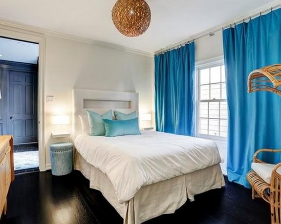ярко-голубые шторы в спальной комнате