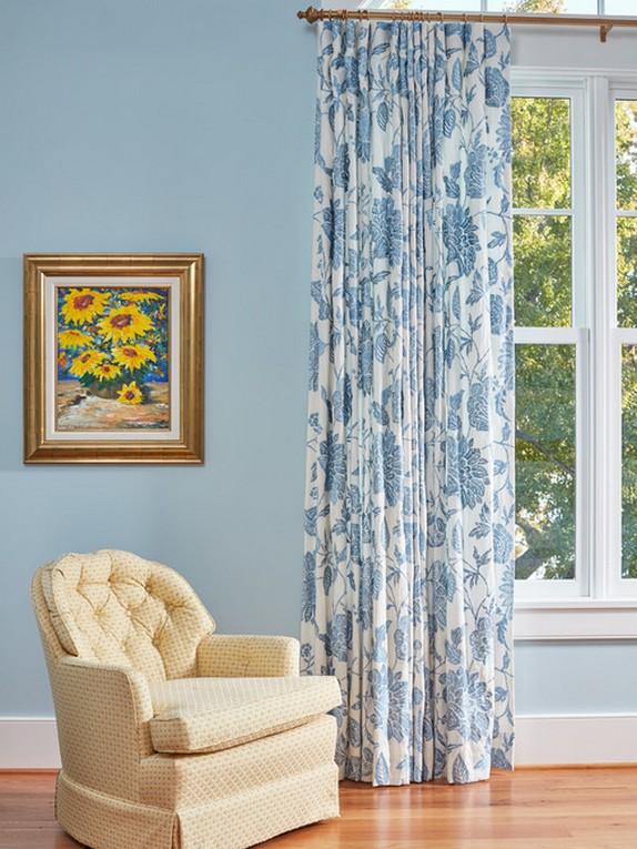шторы с бело-голубым рисунком