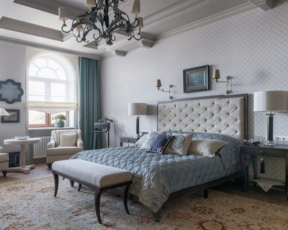 голубые портьеры в классической гостиной