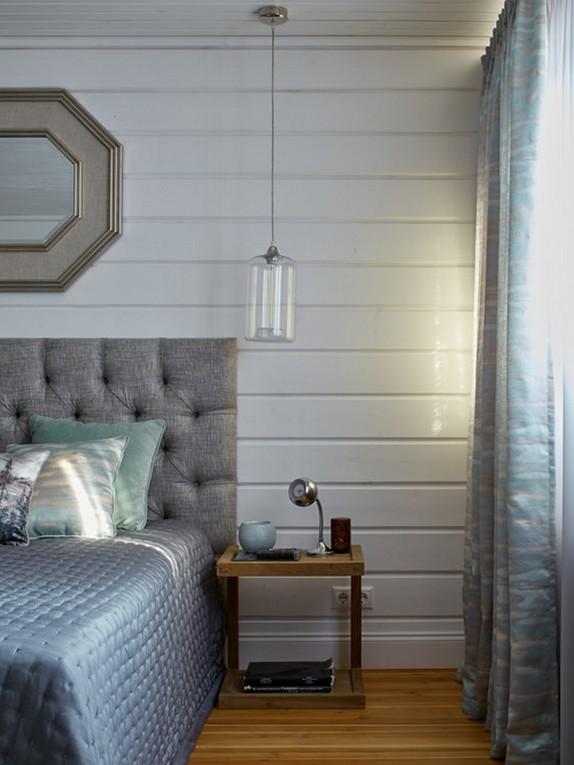 шторы светло-голубого цвета в темной спальне