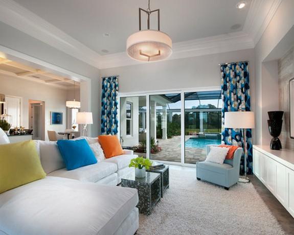 ярко-голубые шторы в гостиной