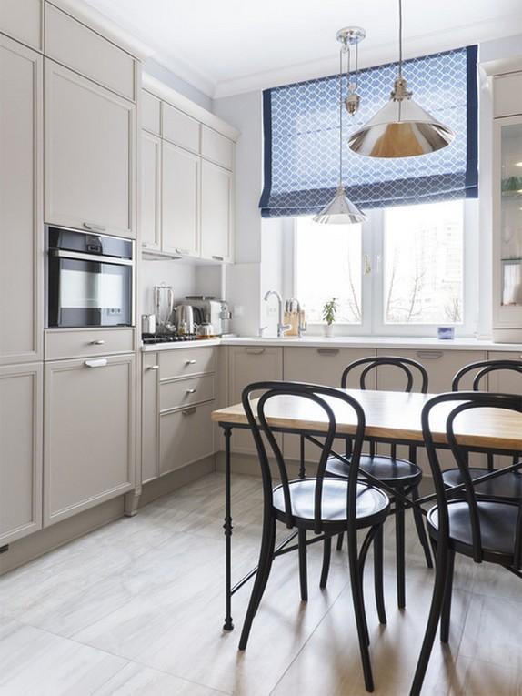 голубая римская штора в кухне