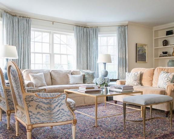 светло-голубые шторы в большой гостиной