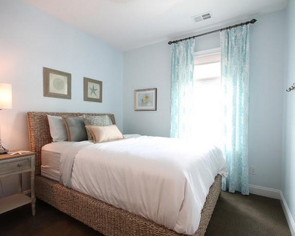 светло-голубые занавески в спальне
